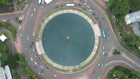 Obenliegende Luftgesamtlänge von Monument Selamat Datang in Jakarta, Indonesien stock video footage