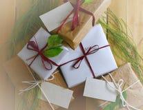 Obenliegende Perspektive einer Sammlung Geschenke eingewickelt in den natürlichen weißen und braunen Papieren gebunden mit Jutefa Stockbilder