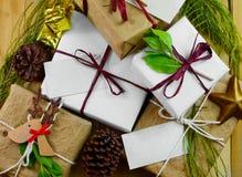 Obenliegende Perspektive einer Sammlung Geschenke eingewickelt in den natürlichen weißen und braunen Papieren gebunden mit Jutefa Lizenzfreies Stockbild