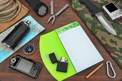 Obenliegende Reise-Reise, die notwendige Einzelteile auf hölzerner Tabelle wandert stockfoto