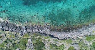 Obenliegende Seitenantenne auf wilder Küste des Mittelmeeres, blaues Wasser Naturumwelt draußen reist establisher, Italien stock footage