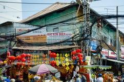 Obenliegende Stromkabel werfen eine Drohung zu den Bewohnern von Saigon auf Lizenzfreies Stockbild
