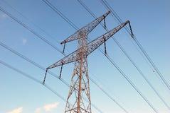 Obenliegende Stromleitung Stockbilder