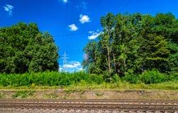 Obenliegende Stromleitungen über einer Eisenbahn in Ukraine Stockfoto