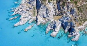 Obenliegende Vogelperspektive des schönen Felsens über dem Ozean stockfotos