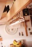 Obenliegende Wein-Glas-Zahnstange stockfotos