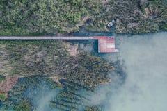 Obenliegender Luftschuß eines kleinen Angelplatzes nahe einem See lizenzfreie stockbilder