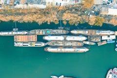 Obenliegender Luftschuß von den großen Containerschiffen angekoppelt an der Küste lizenzfreie stockbilder