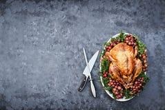Obenliegender Schuss der köstlichen gebratenen Danksagung die Türkei mit Knif Stockfotos