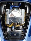 Obenliegender Schuss der V8-Maschine in einem Replik-Sportauto Wechselstroms Shelby Cobra lizenzfreie stockfotografie