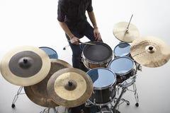 Obenliegender Schuss des Schlagzeugers Playing Drum Kit In Studio stockfotografie