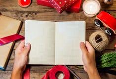 Obenliegender Schuss von Weihnachtsgeschenken copyspace des offenen Buches lizenzfreies stockfoto