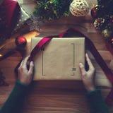 Obenliegender Schuss von Weihnachtsgeschenken und Packpapieren Stockfoto