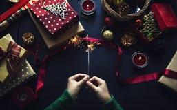Obenliegender Schuss von Weihnachtsgeschenken und Packpapieren Stockfotografie