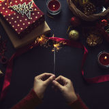 Obenliegender Schuss von Weihnachtsgeschenken und Packpapieren lizenzfreie stockfotografie