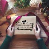 Obenliegender Schuss von Weihnachtsgeschenken und Packpapieren stockfotos