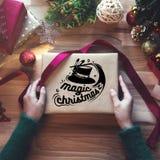 Obenliegender Schuss von Weihnachtsgeschenken und Packpapieren lizenzfreies stockfoto