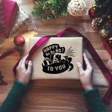 Obenliegender Schuss von Weihnachtsgeschenken und Packpapieren Lizenzfreies Stockbild