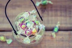 Obenliegendes Ansicht Glas voll der Süßigkeit stockfotos