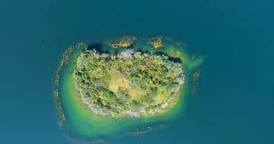 Obenliegendes Fliegen, das weg von einer Insel mitten in dem See des Tales sich bewegt stock video footage
