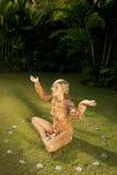 Obenliegendes Profil-Yoga auf Gras. Lizenzfreie Stockfotos