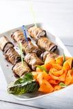 Oberżyn rolki z serowym i ładnym wzrastali jak marchewka na bielu talerzu z selekcyjną ostrością Zdjęcie Royalty Free