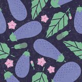 Oberżyna bezszwowy wzór Dojrzała oberżyna z liśćmi i kwiatami na podławym tle royalty ilustracja