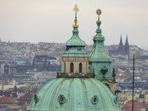 Ober los tejados de Praga imagenes de archivo