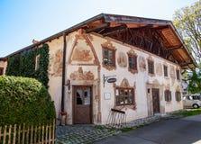 OBERAMMERGAU, GERMANIA - 5 MAGGIO 2016: Case dipinte tradizionali di piccola casa del villaggio alla rappresentazione della Passi Fotografie Stock Libere da Diritti