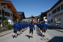 OBERAMMERGAU NIEMCY, MAJ, - 05, 2015: Ulica w Oberammergau, zarząd miasta wewnątrz Garmisch-Partenkirchen sławny dla Zdjęcie Stock
