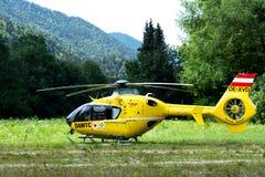 Oberammergau Tyskland 07 19 2018 15-10 En ambulanshelikopter landade i en bergig by i fältet arkivfoton