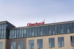 Oberbank van 3-Banken-Gruppe bedrijfembleem op de bouw van Tsjechisch hoofdkwartier op 3 Maart, 2017 in Praag, Tsjechische republ Stock Foto