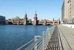 Oberbaum bro med vandringsledet Royaltyfria Bilder