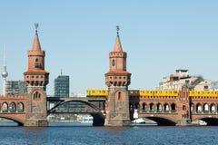 Oberbaum bro- och televisiontorn Royaltyfria Foton