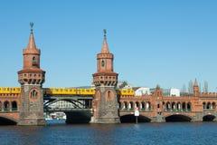 Oberbaum med S-Bahn Royaltyfria Foton