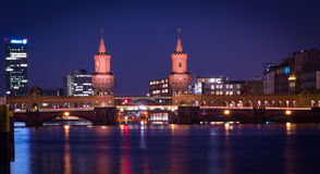 Oberbaum most przy nocą 2 Zdjęcia Royalty Free