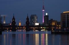 Oberbaumbridge в Берлине на ноче Стоковая Фотография RF