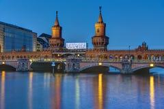 Oberbaumbridge и оживление реки в Берлине стоковые фотографии rf