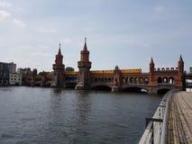 Oberbaumbridge над оживлением реки города Берлина Германии стоковые фотографии rf