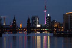 Oberbaumbridge a Berlino alla notte Fotografia Stock Libera da Diritti