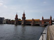 Oberbaumbridge over rivierfuif van de stad Berlin Germany Royalty-vrije Stock Foto's