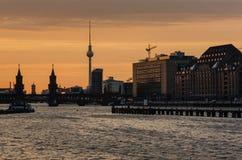 Oberbaumbrucke de Berlin avec la tour de TV au coucher du soleil Image libre de droits