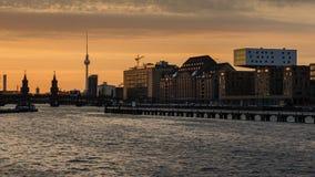 Oberbaumbrucke di Berlino con la torre della TV Fotografie Stock