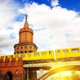 Oberbaumbrug en trein in Berlijn Stock Foto's