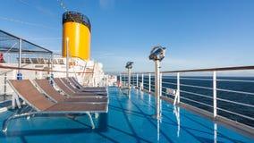 Oberdeck des Kreuzfahrtschiffs mit leeren Stühlen lizenzfreie stockbilder