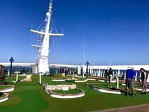 Oberdeck des Kreuzschiffs mit Golfplatz lizenzfreie stockbilder