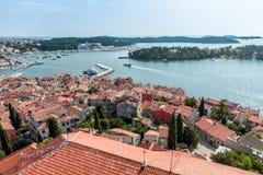 Obere Ansicht über alte europäische Marinestadt nahe Seebucht Stockfotografie