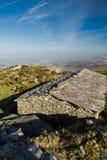 Obere Ansicht über alte Steinschafscheune und atlantische Küstenlinie im blauen Himmel, baskisches Land, Frankreich Stockbild