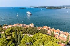 Obere Ansicht über Dächer der alten europäischen Marinestadt nahe Seebucht Lizenzfreie Stockfotografie