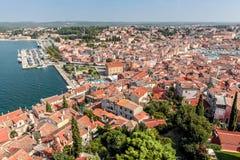 Obere Ansicht über Dächer der alten europäischen Marinestadt nahe Seebucht Stockfoto